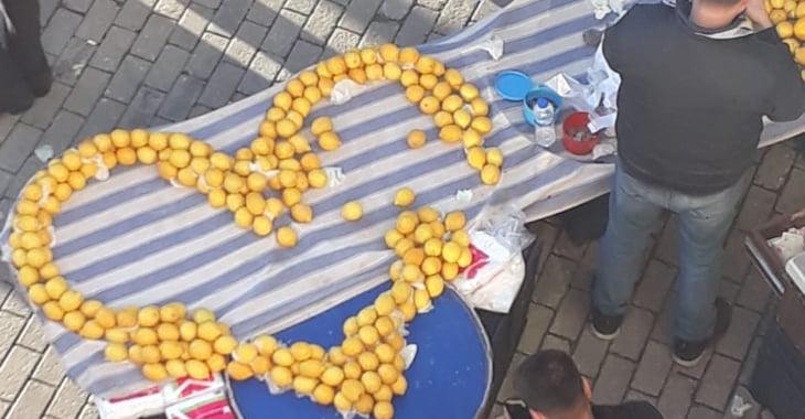 Sevgililer Günü'nde pazar tezgahında limonlardan kalp yaptı