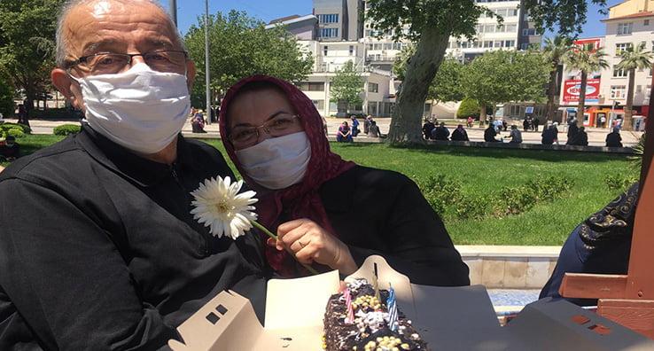 71. yaş gününü sokakta kutladı