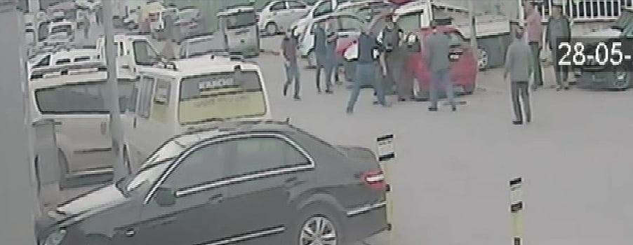 Gençlerin sokak ortasında bıçaklı kavgası güvenlik kamerasında