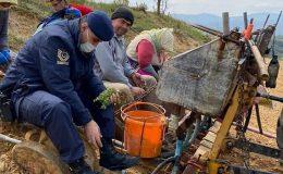 Jandarma yorulan çiftçinin yerine kekik dikimi yaptı